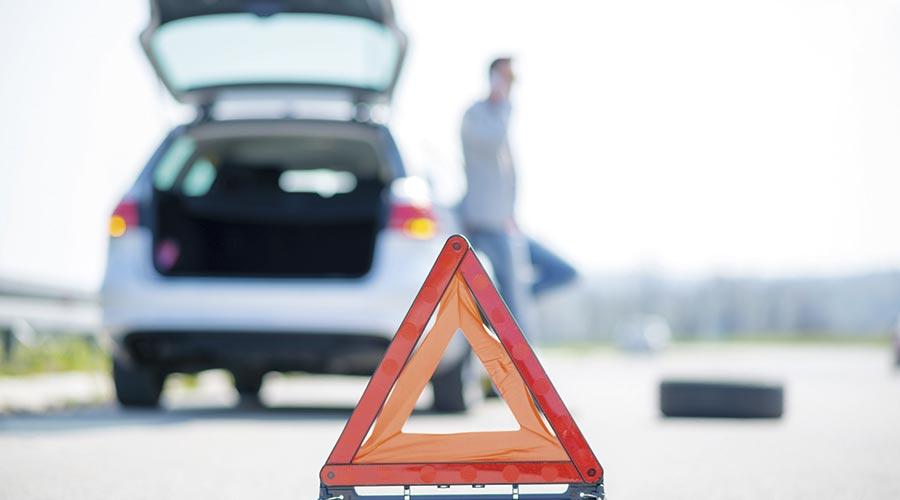 Vehicle amb avaria a la carretera