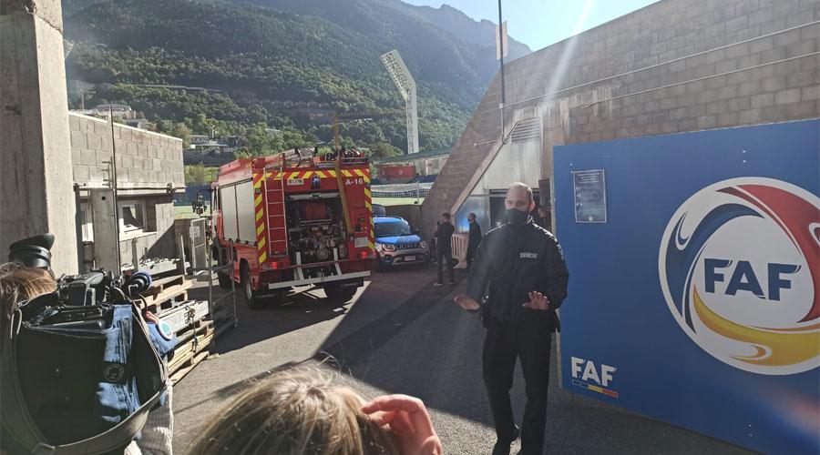 Un camió de bombers dins l'estadi nacional