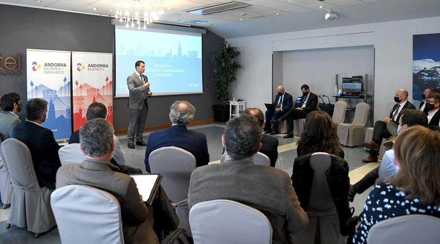 Gallardo en una reunió de treball sobre l'estratègia d'innovació i emprenedoria.