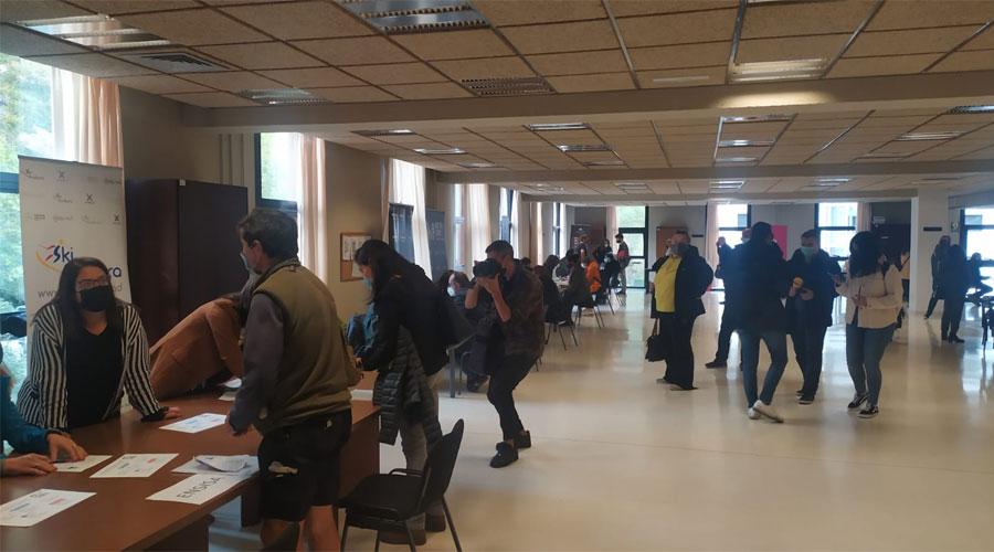 Persones en recerca de feina participant a un job meeting