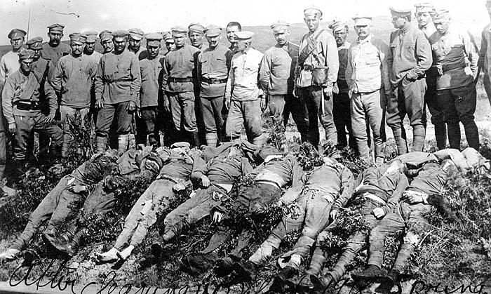 чехи позируют на фоне расстрелянных красноармейцев