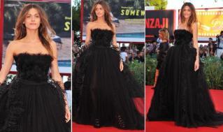 A modelo Elisa Sednaoui foi uma das convidadas da premiére de Black Swan, optou por vestido preto com saia de tule e aplicação de plumas da estilista Alberta Ferretti.