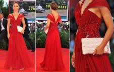 Estrela de Black Swan, que tem figurino assinado pela Rodarte, Natalie Portman vestiu um longo da marca na premiére do filme no Festival de Veneza. A bolsa, no entanto, era Dior