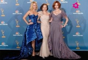 January Jones, Elisabeth Moss e Christina Hendricks posam para os paparazzis do Emmy Awards 2010