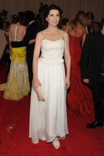 Julianna Margulies, in Narciso Rodriguez.