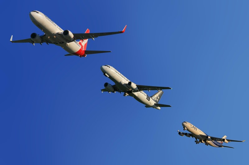 Aircraft flying, UK exports conintue to grow but the airfreight sector remains down.