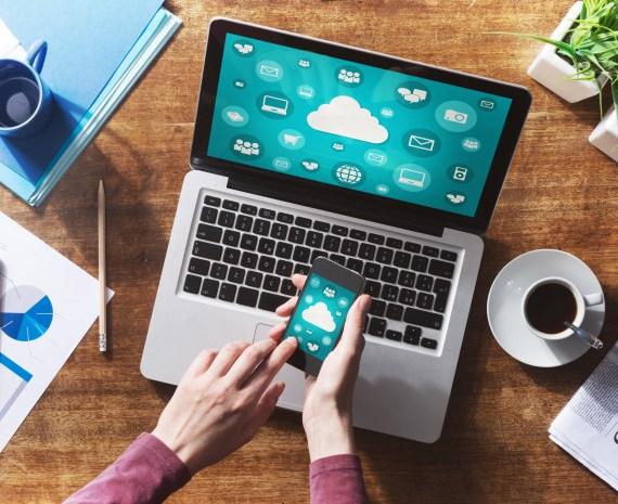 manos de una mujer manejando un móvil con tecnologia de nubes gratuitas
