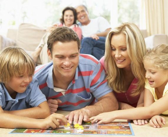 familia en el piso jugnado juegos educativos