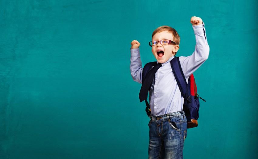Niño con mochila emocionado por las actividades para el regreso a clases