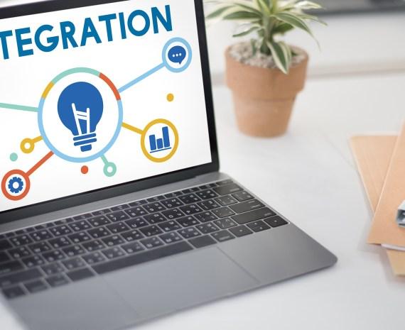 Laptop con una ilustracion de integración tecnológica en la pantalla