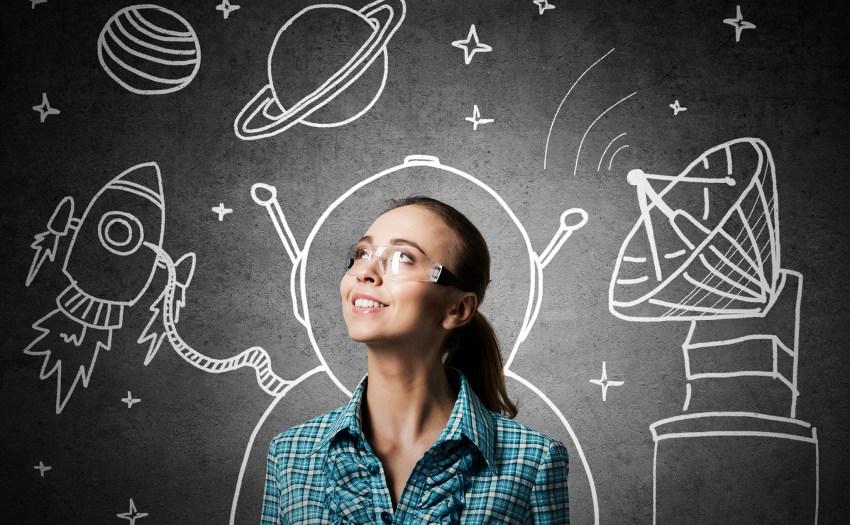 una mujer frente a una pizarra con dibujos del espacio - estrategias intrínsecas