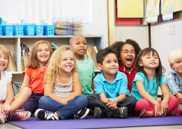 Niños sentado en le piso listos para recibir una clase - class dojo