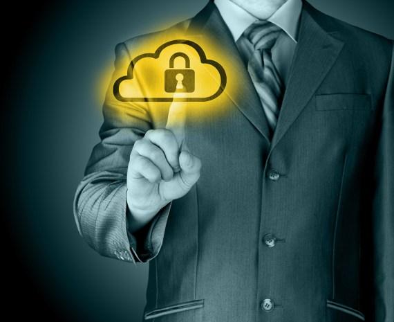 hombre con su dedo sobre icono de nube con candado -seguridad activa