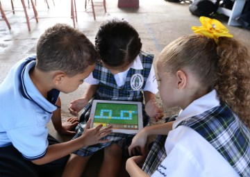 Niños con una tableta utilizando Kodable