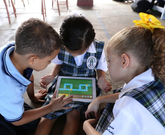 Niños con una tableta utilizando Kodable