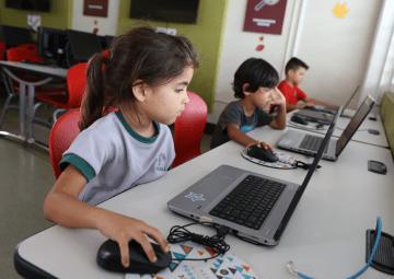 estudiante usando scratch en la computadora con raton