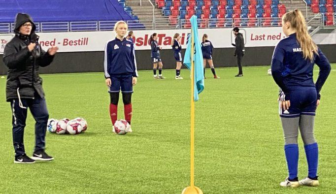 Bildet viser Vålerengas utviklingsleder Monica Knudsen instruerer jentespillere fra Hasle-Løren.