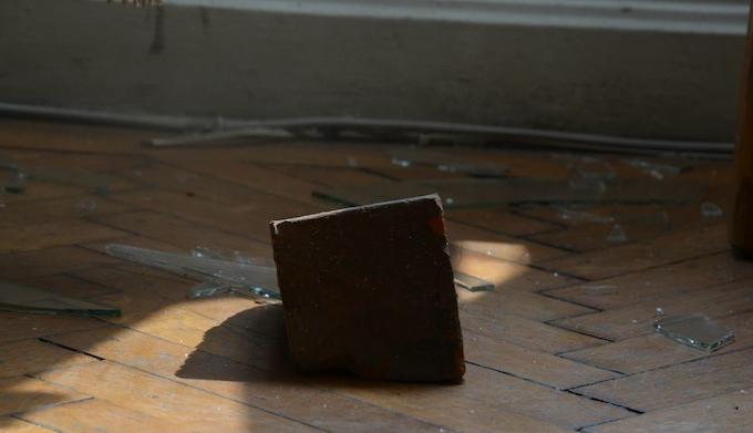 Betörték a szatmári RMDSZ-székház ablakát