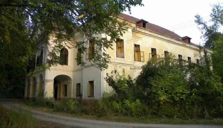 Csendben (r)omolgat a sárközi Vécsey-kastély