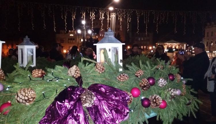 Meggyújtották az első gyertyát Nagyvárad adventi koszorúján