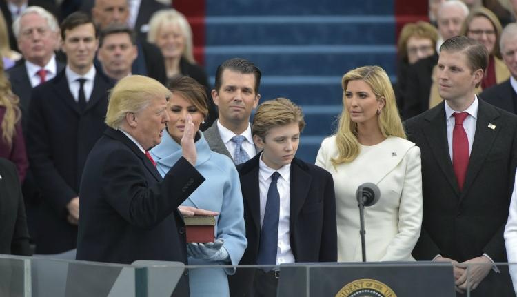 Beiktatták Donald Trumpot, a 45. amerikai elnököt