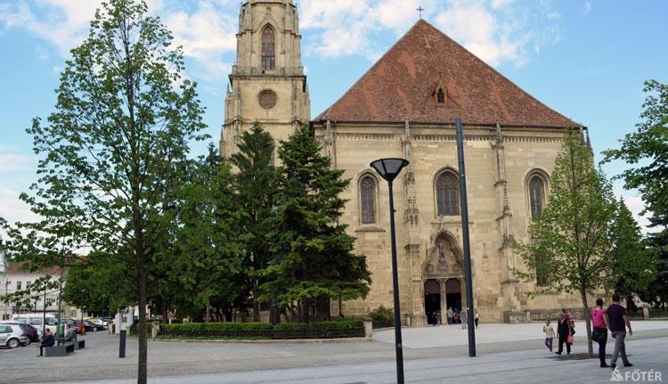Megnyílt a tér a Szent Mihály-templom kapujánál