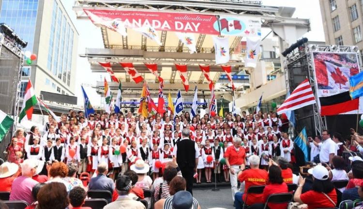 Székely népviseletben hódította meg az ünneplő Kanadát a Fili