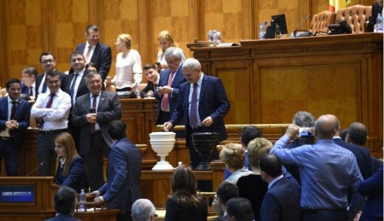 Alkotmányosan bukott meg a Grindeanu-kormány, hiába lehetett látni egyes honatyák golyóit
