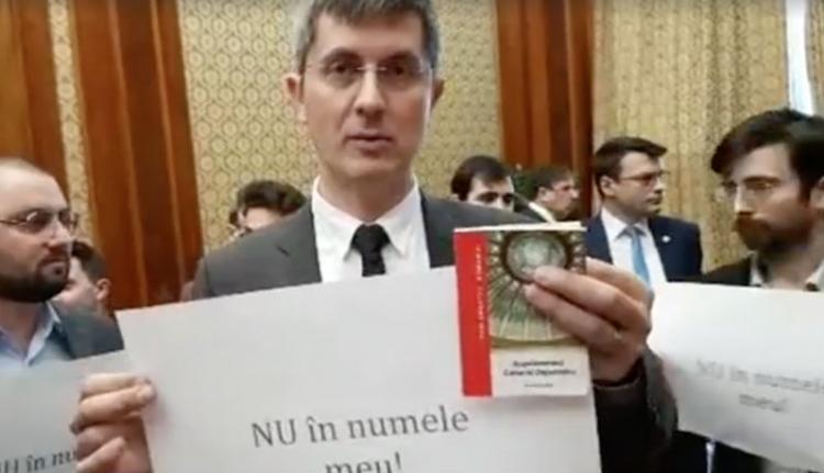Dragnea irodája előtti tüntetéssel ütötte el az időt az USR a parlamentben