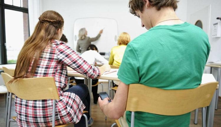 Végre egy európai ország, ahol betiltják az iskolai mobilhasználatot