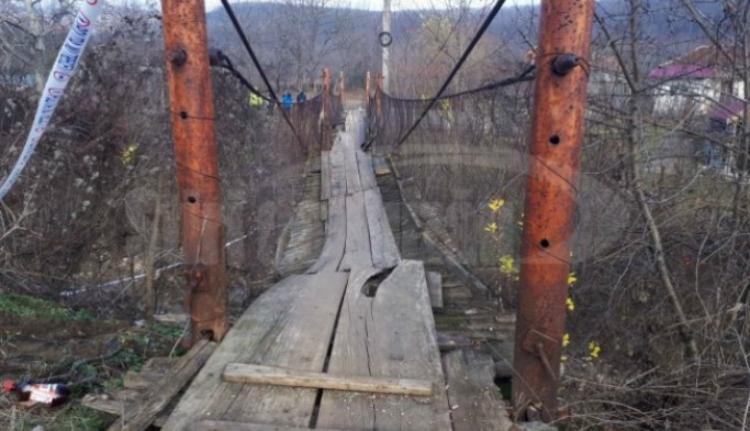 Hatan kerültek kórházba, miután beszakadt egy gyalogos híd Buzău megyében