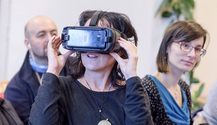 Mit csinál a film a színházban? Virtuális valóságot!