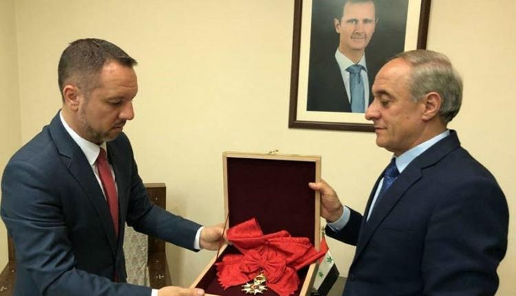 Román közvetítéssel adta vissza a francia Becsületrendet Bassár el-Aszad szíriai elnök