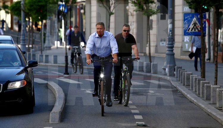 Iohannis a munkába is biciklivel megy