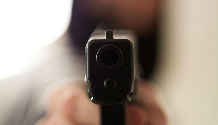 Autós üldözés közben pisztollyal sebesítettek meg egy nőt a rendőrök