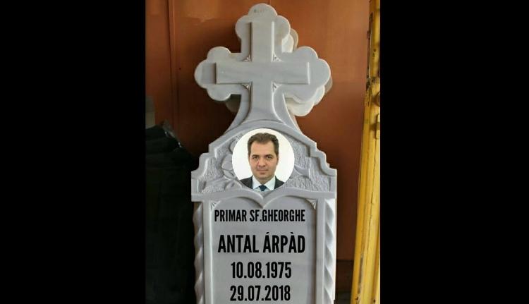 """Sírkövet """"faragott"""" Antal Árpádnak egy moldvai férfi"""