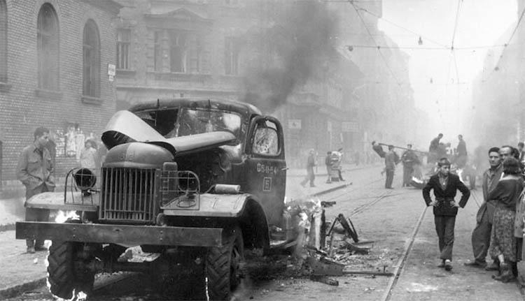"""""""A tankok acél záporában"""" – 62 éve szólaltak meg a szovjet fegyverek Magyarországon (VIDEÓ)"""