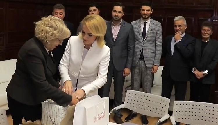 Már Spanyolországból is lemondatnák a Dragneával ujjat húzó bukaresti főpolgármestert