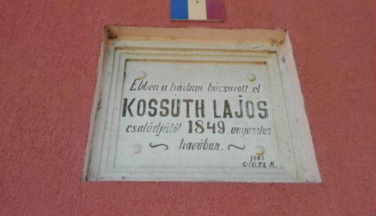 Román zászlóval takarták el, majd ismét láthatóvá tették a Kossuth-emléktáblát Máriaradnán