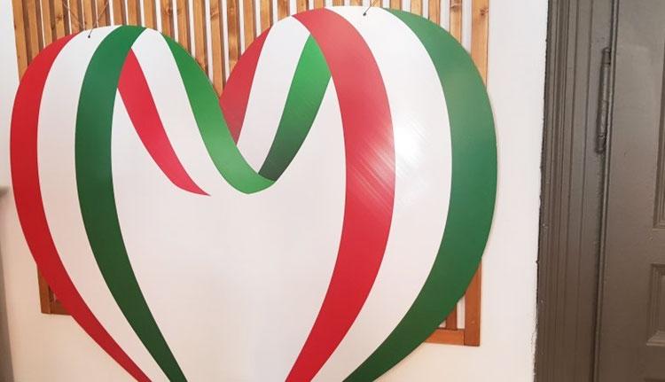 Piros-fehér-zöld szívekkel lobogózza fel Sepsiszentgyörgyöt Antal Árpád