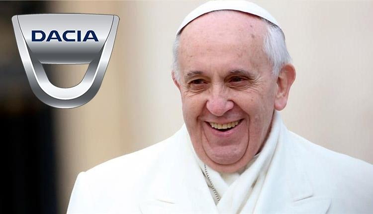 Dacia márkájú pápamobilból integethet a katolikus egyházfő Romániában