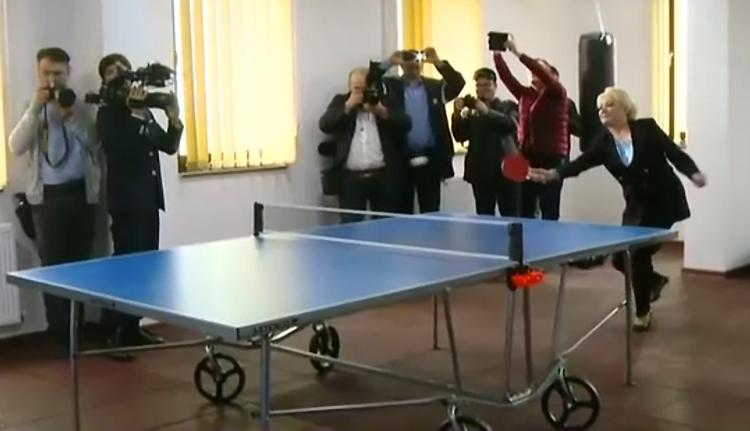 Árapállyal jön a kokó, erre Dăncilă pingpongozik egyet a Parti Őrség főnökével (VIDEÓval)