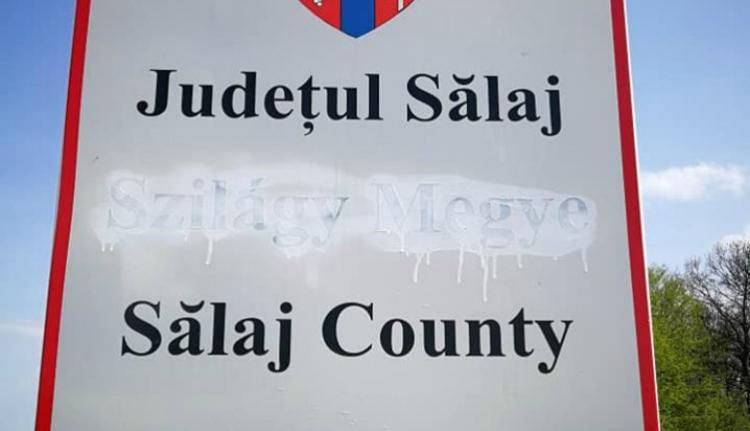 Ünnepi bunkóság: lefestették a magyar feliratot a megyehatárt jelző táblán