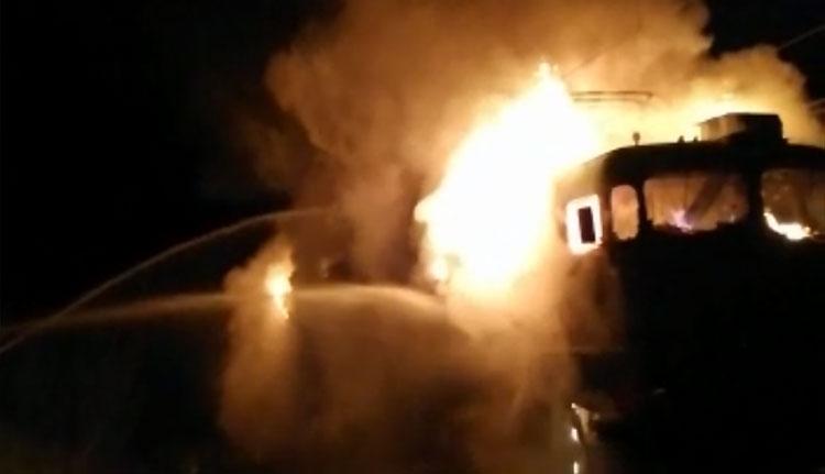 39 vagonos tehervonat mozdonya égett