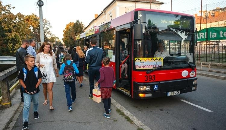 Megvalósul a kolozsvári multikulti: a magyar diákokat is ingyen buszoztatják