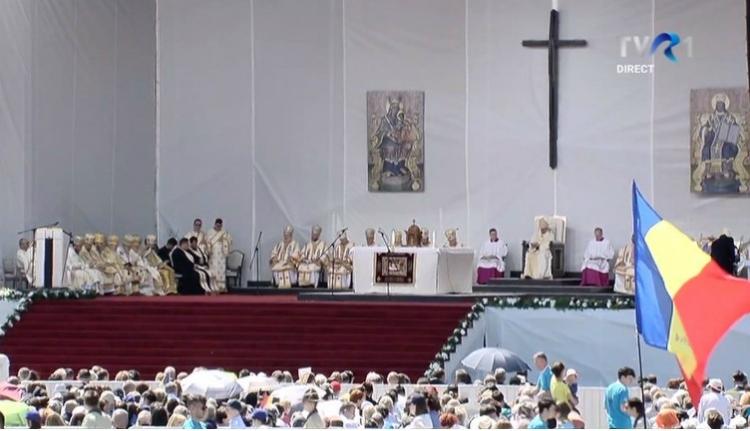 Vértanúkat avatott boldoggá és romákkal találkozott vasárnap Ferenc pápa (VIDEÓval)