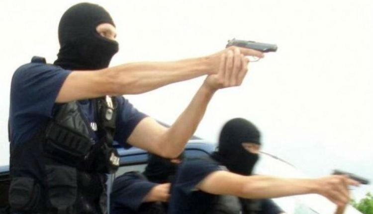 Alaposan kistafírozzák pisztolyokkal a csendőrséget