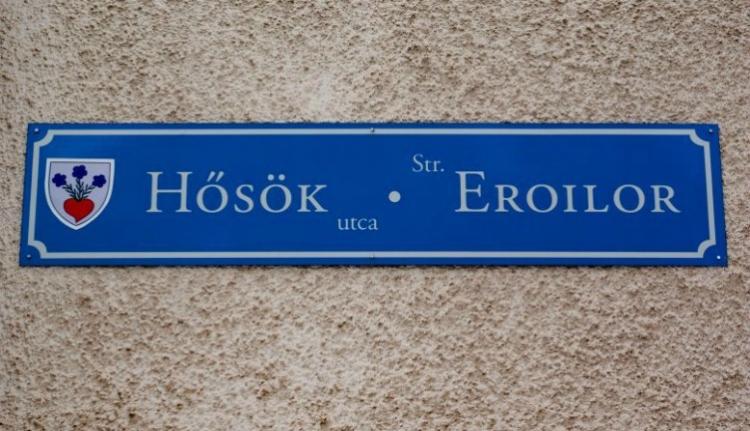 Meg van mentve a haza: Tanasă kiharcolta, milyen sorrendben szerepeljenek a feliratok az utcanévtáblákon