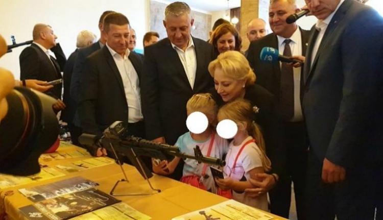 Dăncilă megtalálta a legbizarrabb helyet, ahol egy kormányfő gyerekekkel pózolhat