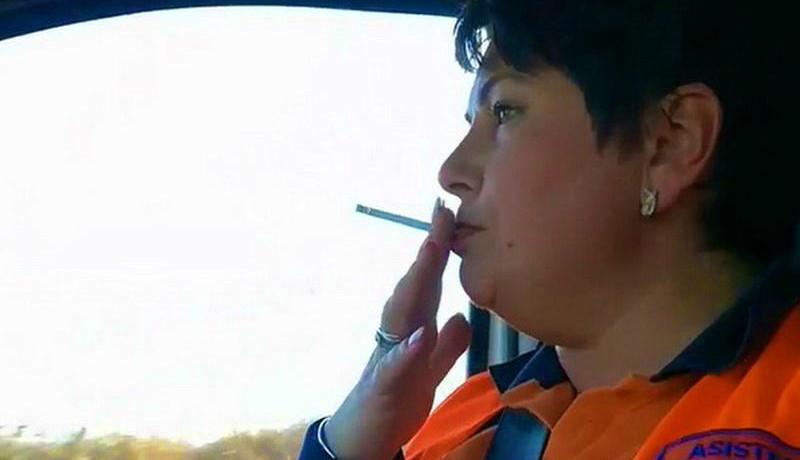 Mentősök akcióban: az egyik cigizik a járműben, a másik vezetés közben filmezi (VIDEÓval)
